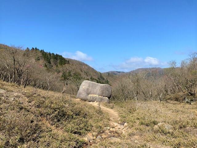 国見峠からすぐの所にあるゴジラ岩