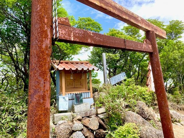 鎌ヶ岳の山頂にある祠