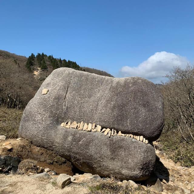 国見峠のゴジラ岩