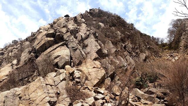鎌ヶ岳を岳峠から見る