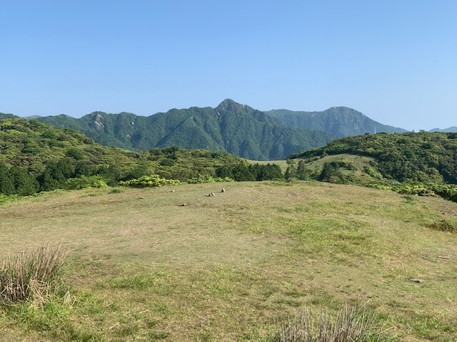 入道ヶ岳山頂から鎌ヶ岳を望む